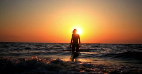 Louise Hay – Seus pensamentos e crenças do passado criaram este momento