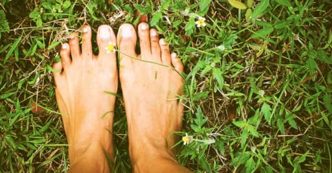 Saiba o que acontece quando você coloca os pés na terra